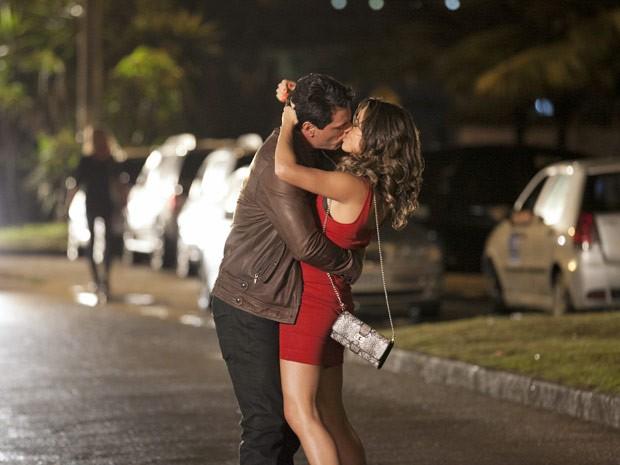 Rodrigo Lombardi e Nanda Costa gravam cena de beijo no Rio (Foto: Salve Jorge/TV Globo)