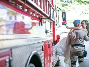 Noiva vestiu equipamento do Corpo de Bombeiros (Foto: Eder Gonçalves / Ego Fotografias)