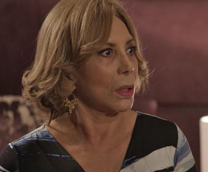 Consuelo fica no meio do fogo cruzado! (Foto: TV Globo)