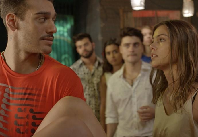Alina não gosta nem um pouco do que vê (Foto: TV Globo)