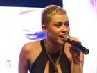 Miley Cyrus aparece com o cabelo mais curto e com decotão