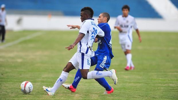 Disputa de bola durante a partida entre São José e São Caetano no estádio Martins Pereira. (Foto: Cláudio Capucho/PMSJC)