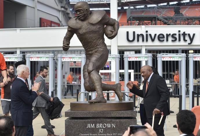 Jim Brown recebe homenagem com a inauguração de uma estátua no estádio do Cleveland Browns (Foto: AP)
