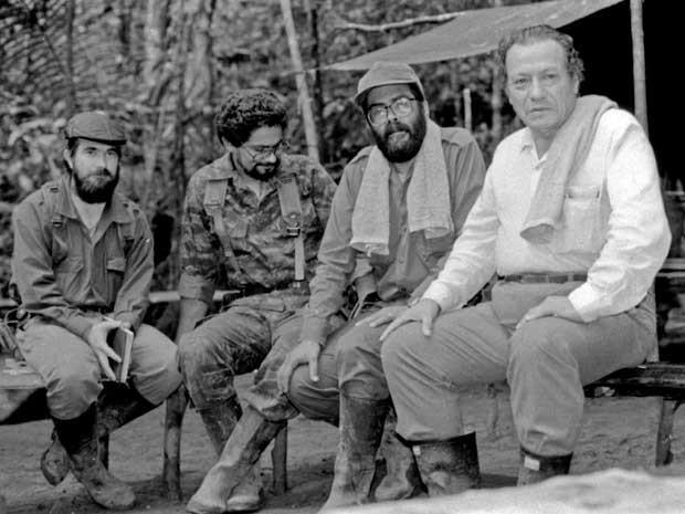 Um dos fundadores das FARC, o ex-líder (já morreu) Manuel Marulanda, à direita, também conhecido por 'Tirofijo', e os comandantes Alfonso Cano, Ivan Marquez e Timoleon Jimenez, em imagem da década de 80 feita em região montanhosa da Colômbia. (Foto:  Alatpress / Via AFP Photo)