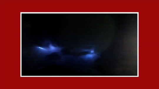 Moradora registra em vídeo 'chuva' de raios em Santa Quitéria, no Ceará