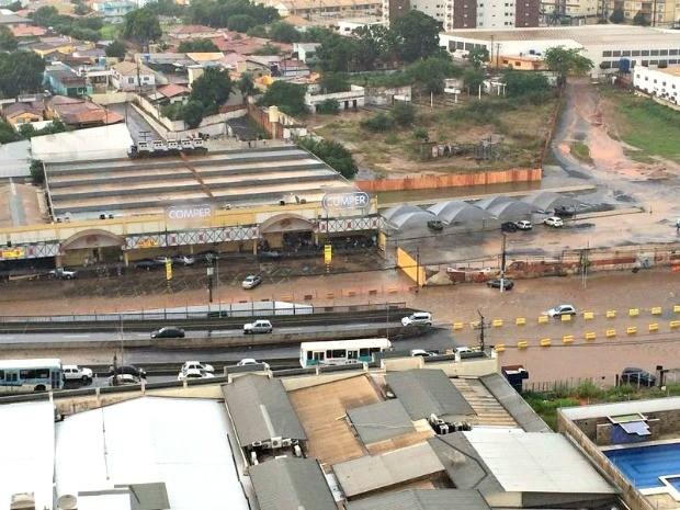 Trecho da Avenida Fernando Corrêa onde fica viaduto ficou alagado (Foto: Emerson Camargos/ Arquivo pessoal)