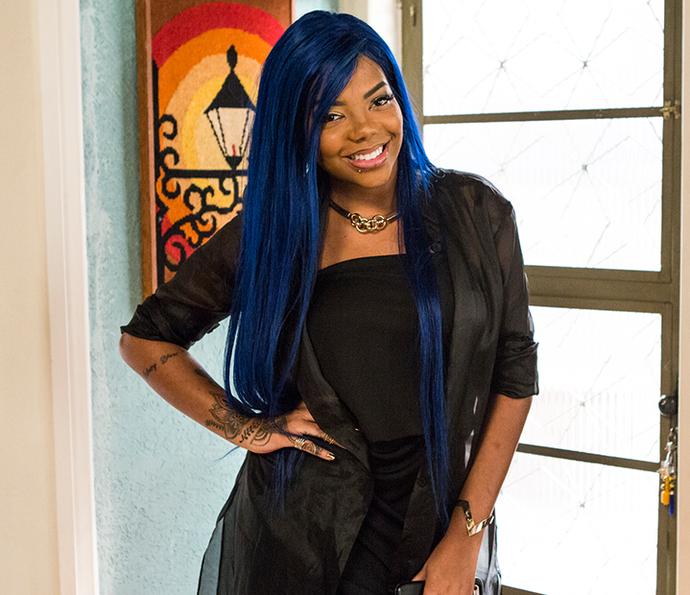 Ludmilla mostra o visual da vez: cabelão azul e muita atitude! (Foto: Ellen Soares/Gshow)