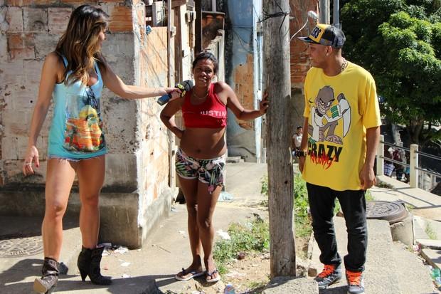Sabrina Sato sobe morro e grava com funkeiros (Foto: Jessica Leone/R&b/Divulgação)