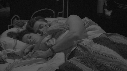 Emilly e Marcos dormem abraçadinhos no Quarto Preto