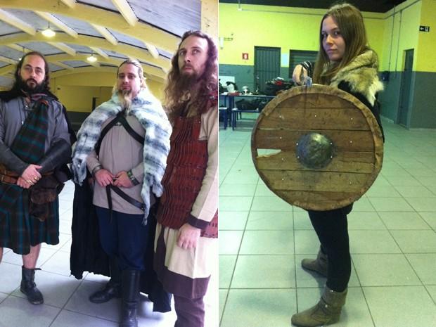 Integrantes do grupo Ordo Draconis Belli mostram as roupas e armaduras confeccionadas para os combates (Foto: Letícia Mendes/G1)