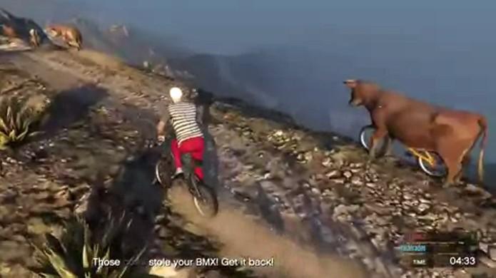 Estranhas vacas ciclistas fazem parte de bizarra missão de GTA 5 (Foto: Reprodução: YouTube)