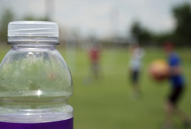 Isotônicos não devem ser oferecidos para as crianças (Foto: Thinkstock)