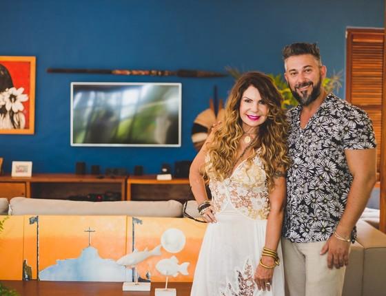 Elba Ramalho e Alex Galletti posam na nova casa da cantora, em Trancoso, que foi totalmente remodelada e ficou mais sóbria (Foto: Lucas Silva)