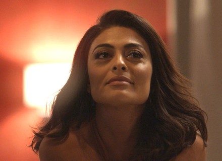 Carolina diz a Pietro que, se Eliza ganhar o concurso, contará a verdade à Lili