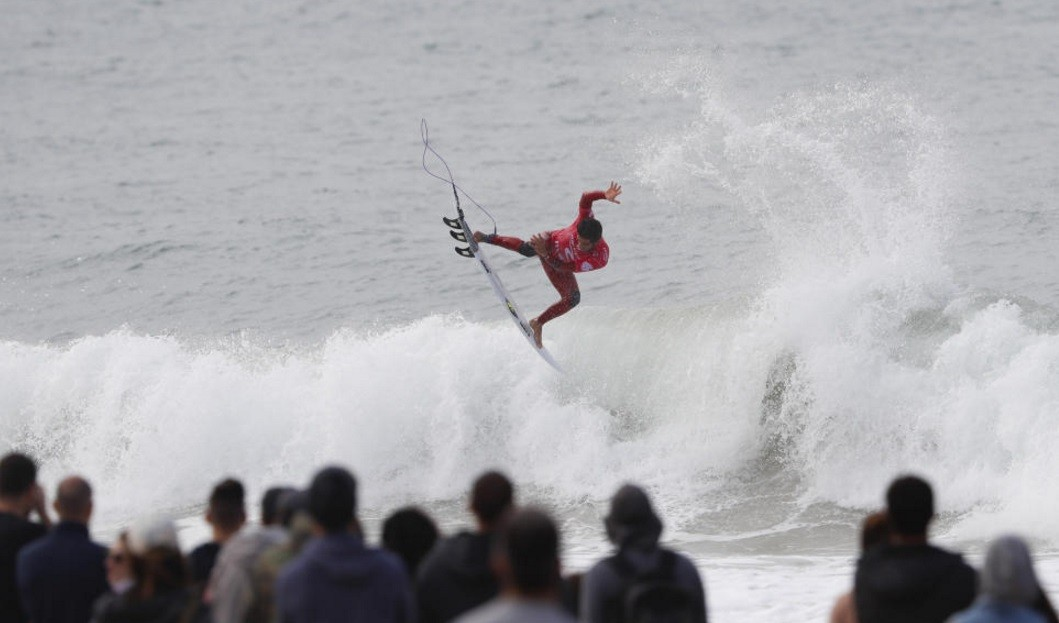 Filipe Toledo decola num areo na repescagem: vaga garantida no Round 3 (Foto: Poullenot/WSL)
