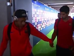 BLOG: Muy amigo... Neymar tira chiclete da boca e passa para a mão de Luis Suárez
