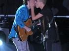 Maria Gadú dá beijão em músico durante show em premiação