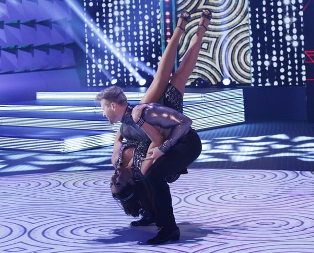 A cantora ficou de pernas para o ar durante a apresentação (Foto: Raphael Dias / TV Globo)