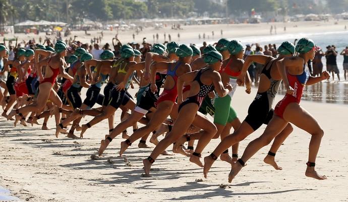 Mulheres largam em direção à água no evento-teste de triatlo no Rio de Janeiro (Foto: REUTERS/Sergio Moraes)