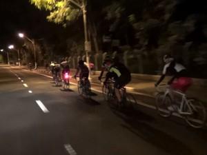 Ciclistas fora de ciclovia em Campinas (SP) (Foto: Reprodução/ EPTV)