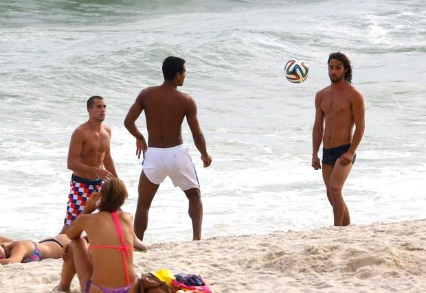 Marcello Melo Jr. com Pablo Moraes na Praia da Barra da Tijuca. (Foto: Agnews)