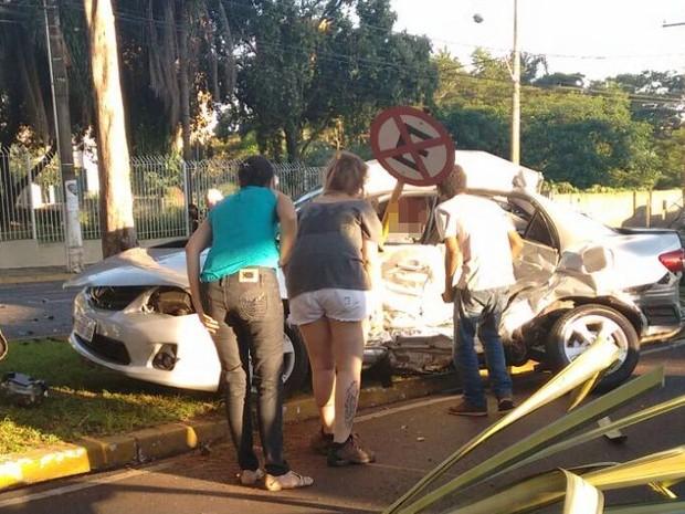 Outro carro envolvido no acidente também ficou destruído (Foto: TEM Você)