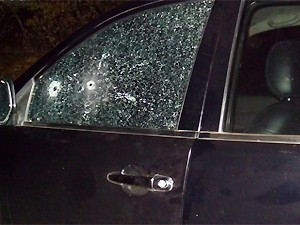 Vidro do lado do motorista foi atingido por dois tiros (Foto: Divulgação/Prefeitura de Várzea)
