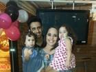 Perlla comemora aniversário com as filhas e o marido