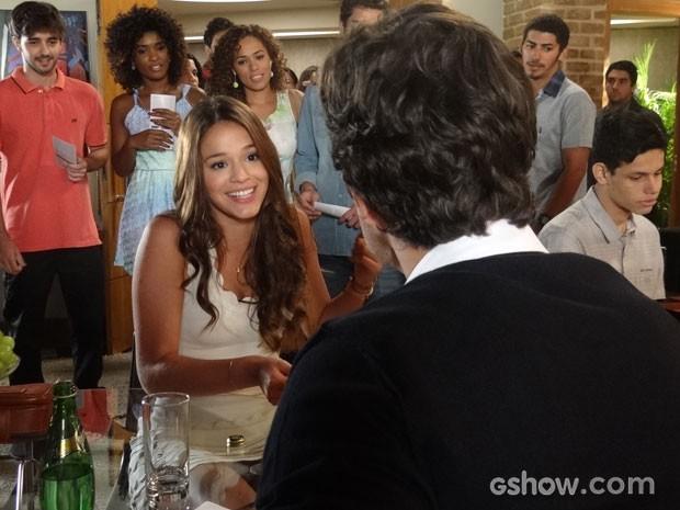 Luiza se diverte com a interesse de Laerte por ela (Foto: Em Família/TV Globo)