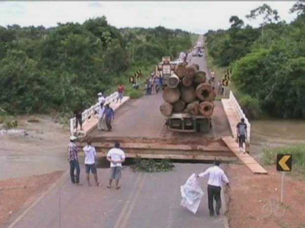 Parte da ponte sobre o Igarapé Misericórdia, na BR-425, em Nova Mamoré, RO, desabou (Foto: Reprodução/TV Rondônia)