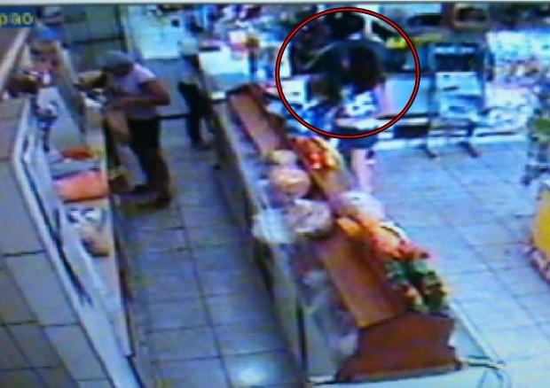 Criminoso armado e de capacete assalta ao lado de criança (Foto: Reprodução / TV Tem)