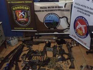 Polícia apreendeu armas e munições com a quadrilha. (Foto: Divulgação/ PM-BA)