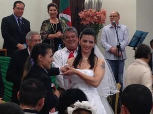 Casal de mulheres casa em Fórum na tarde deste sábado (13) (Foto: Estêvão Pires/G1)