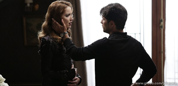 Franz garante à vilã que assumirá filho que ela está esperando (Foto: Fábio Rocha/TV Globo)