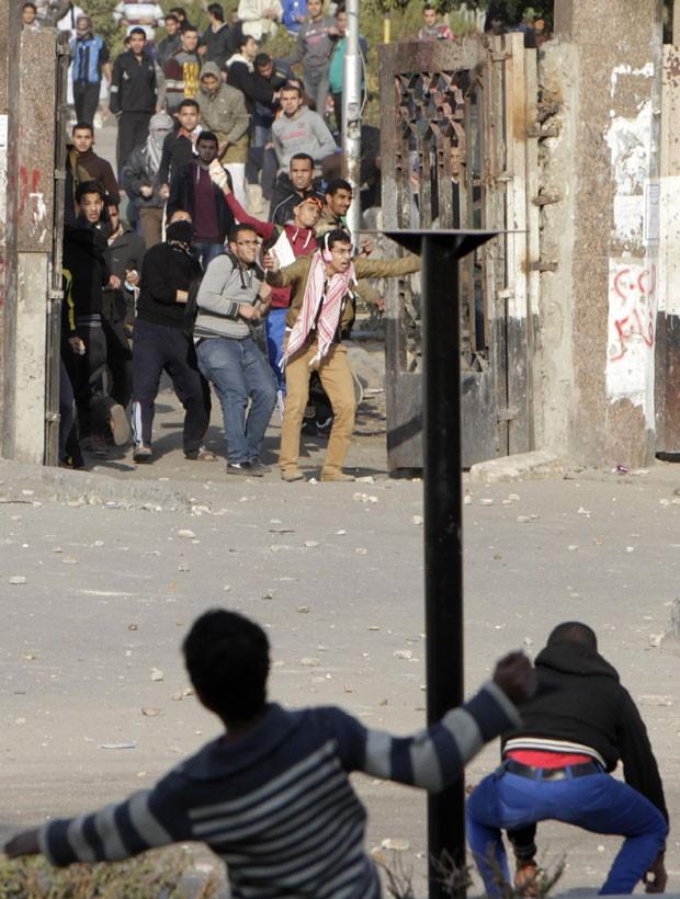 Moradores locais entram em confronto com estudantes da Universidade Al-Azhar, pró-Morsi, nesta quarta-feira (8) no Cairo (Foto: Mohamed Abd El Ghany/Reuters)