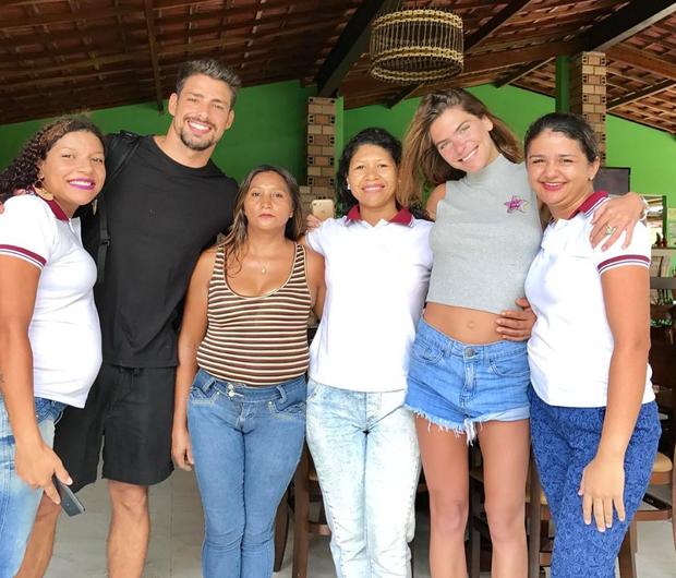Cauã Reymond e Mariana Goldfarb posam com funionários de pousada no Maranhão (Foto: Reprodução/Instagram)