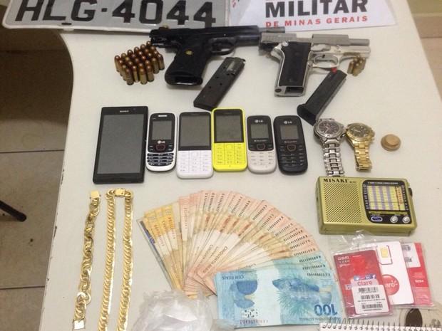 Material apreendido foi levado para delegacia de Ipatinga (Foto: Divulgação / PM)