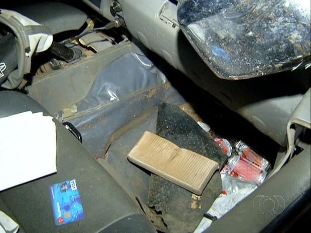 Latas de cerveja foram encontradas dentro da camionete (Foto: Reprodução/TV Anhanguera)