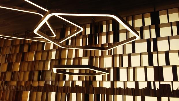 Criadas por Massimo Castagna para a Henge, as luminárias Tape Lights esbanjam leveza e sofisticação (Foto: Stephanie Durante/Editora Globo)