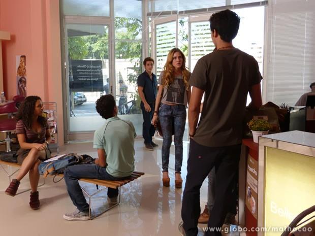 Sofia entra no salão e fala que vai acabar com a palhaçada toda! (Foto: Malhação/ TV Globo)