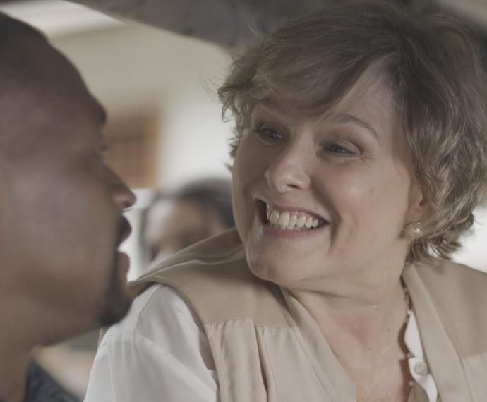 A empresária se diverte com a aproximação do fotógrafo (Foto: TV Globo)