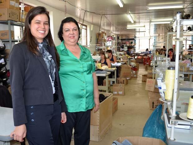 Elza e Neimar no setor de produção de lingerie da empresa em Juruaia (Foto: Samantha Silva / G1)