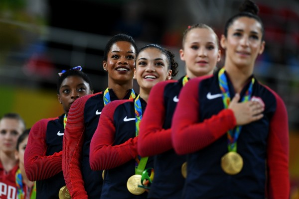 Ginastas dos Estados Unidos cantam o hino nacional no Rio (Foto: Getty Images)