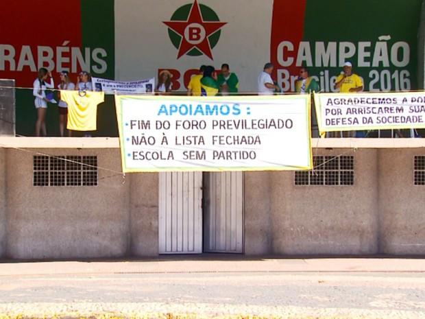 Cerca de 100 pessoas participaram de manifestação neste domingo (26) em Varginha, MG (Foto: Reprodução EPTV/Tarciso Silva)