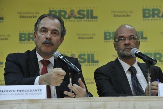 Aloizio Mercadante, ministro da Educação, e Luiz Cláudio Costa, presidente do Inep, em entrevista coletiva (Foto: Valter Campanato/ABr)