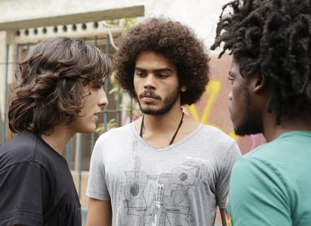 Pedro e Beto cercam Glauco na rua para dar o troco