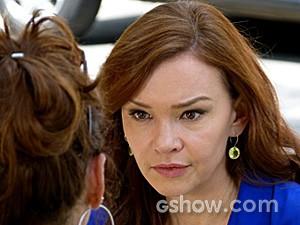 Helena questiona a irmã sobre Marina (Foto: Em Família/TV Globo)