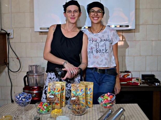 Cinthia e Cecília Davanzo decidiram investir em pipocas com sabores diferenciados em busca de renda extra  (Foto: Quésia Melo/G1)