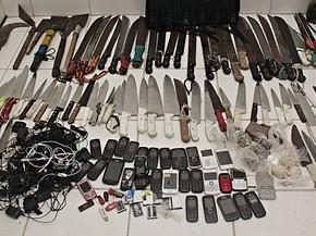Mais de cem armas brancas, como facões e foices, foram encontrados no Presídio ASP Marcelo Francisco de Araújo (Pamfa) (Foto: Mauro Filho/SJDH/Seres/Divulgação)