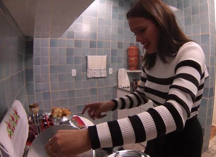 Bruna Marquezine reconhece cheiro da comida da avó (Foto: Globo)